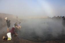 Alguns turistas aproveitando as águas termais