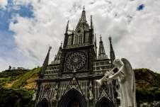 Imagem de um anjo em frente ao Santuário de Las Lajas