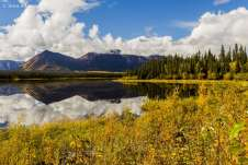 Muitos lagos impressionantes fazem parte da paisagem ao longo da Alaska Highway