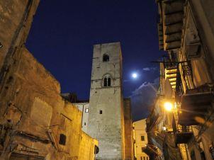 torre medievale di san nicolo - palermo di notte