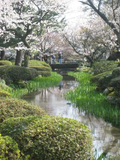 Kenroku-en-Pond-bright-gree
