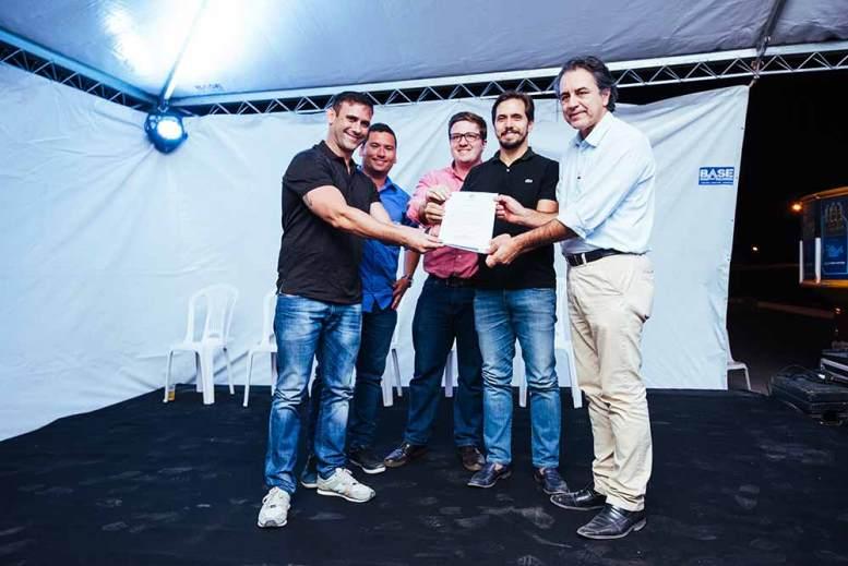 O prefeito Oziel Oliveira entrega a certificação do Top Park aos responsáveis pelo empreendimento