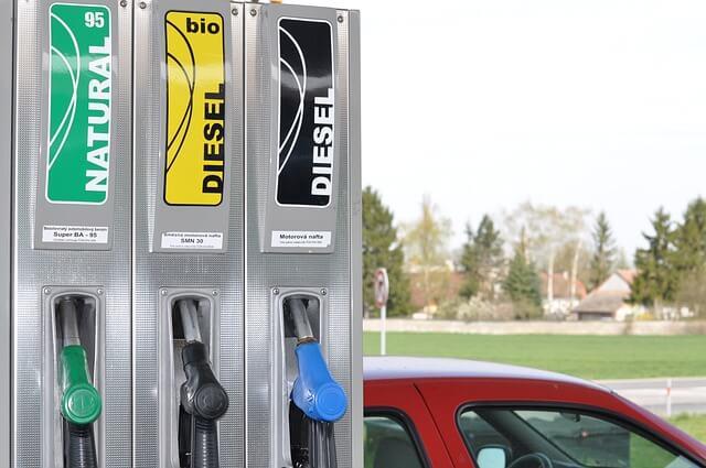 Puedes tener en cuenta diferentes trucos para ahorrar gasolina en el repostaje.