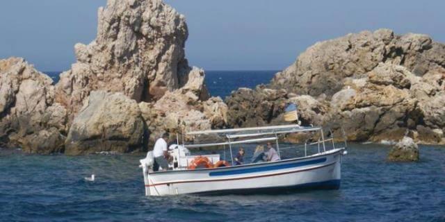 Barco navegando cerca del Parque Natural de Montgrí.