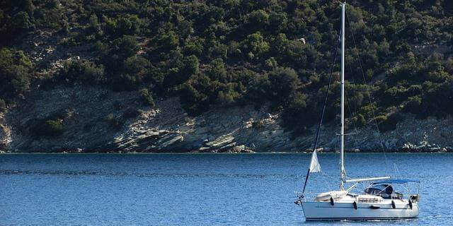 Pequeño barco de vela navegando en el mar.