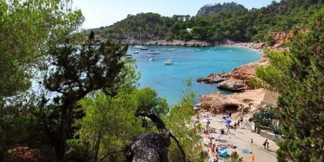 La Cala Salada es una de las más hermosas de la Isla de Ibiza.