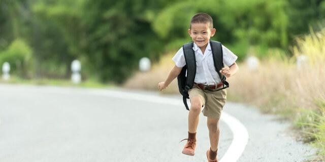 Niño yendo al colegio.