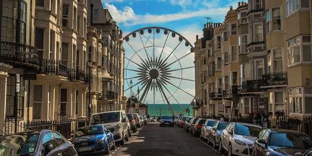 Calle de Brighton con una noria de fondo.