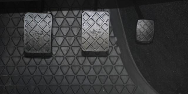 Cuidar el embrague es uno de los trucos para que tu coche dure más.