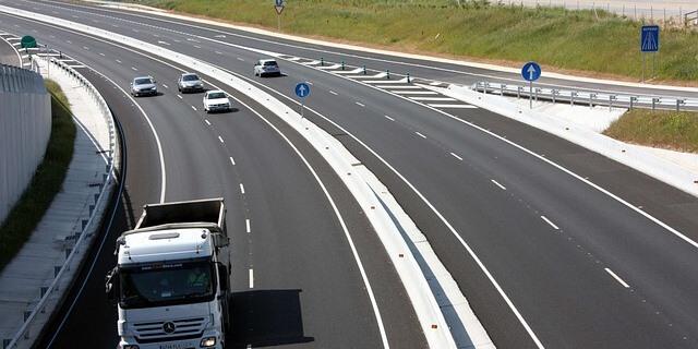 Las matriculaciones de vehículos han crecido también en Cataluña (Foto: coches circulando en autovía española)