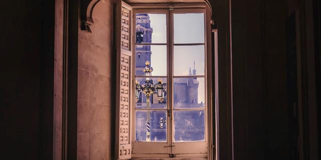 ventana en edificio histórico de Madrid.