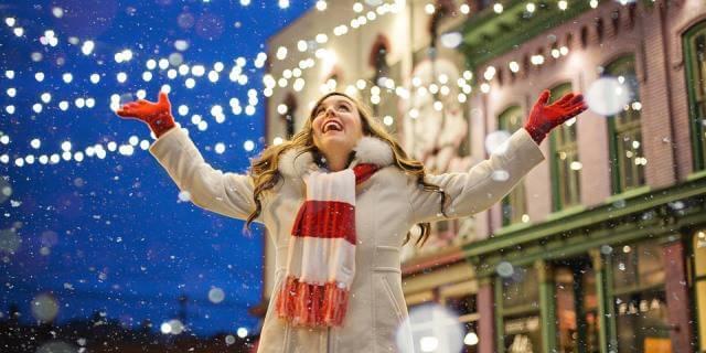 Chica sonriente en un ambiente navideño.