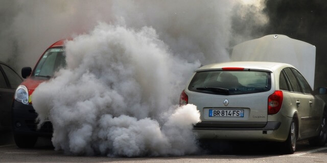 coches que contaminan y coches que no ya pueden sacarse el distintivo ambiental