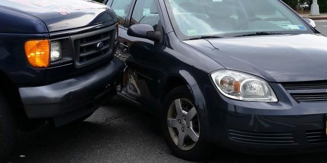 accidente con golpe de chapa leve entre dos coches