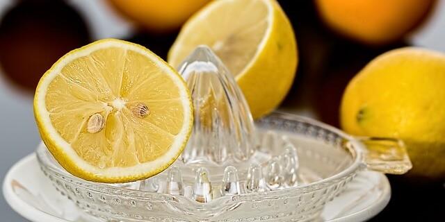 limón exprimido para tratar el dolor de muelas