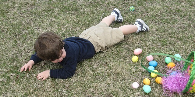 caída de un niño pequeño al suelo