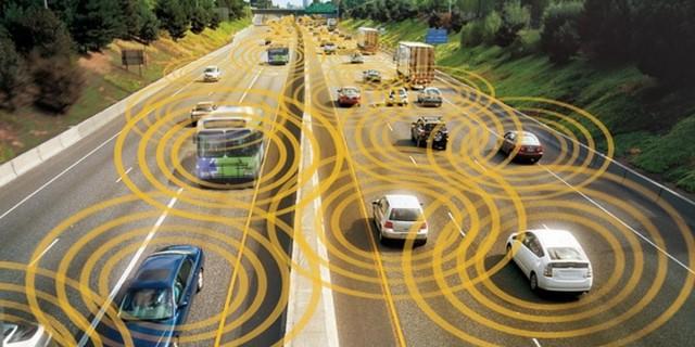 vehículos autónomos circulando por una carretera en el futuro