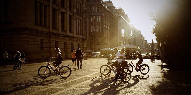 Ciclistas montan en bicicleta.