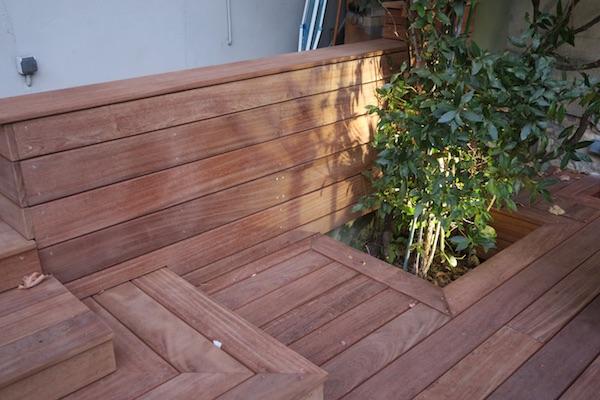 terrasse en bois et habillage de mur en