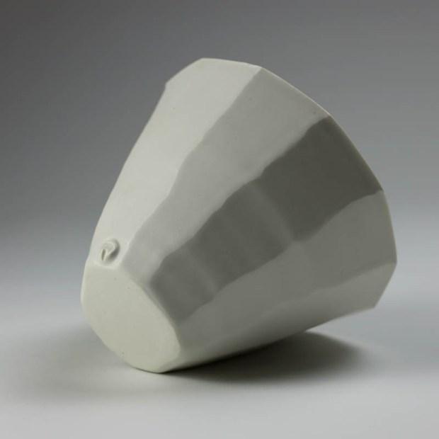 Coupe V 2   Eric Faure   Coupe V   Produit   65,00€   6278   Coupe tournée et sculptée en porcelaine émaillée   Eric Faure   Terre et Terres   10 décembre 2020