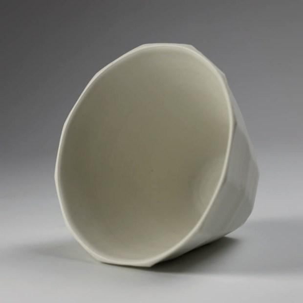 Coupe V 3   Eric Faure   Coupe V   Produit   65,00€   6278   Coupe tournée et sculptée en porcelaine émaillée   Eric Faure   Terre et Terres   10 décembre 2020
