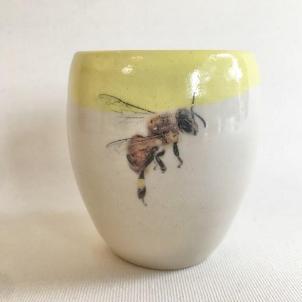 Tasse abeille 1   Hilde Segers   'Le monde des insectes' - Tasse abeille   Produit   15,00€   6989   Tasse en grès blanc   Circaterra Céramique - Hilde Segers   Terre et Terres   17 décembre 2020