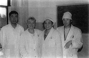 Catherine-Isaure Bousquet et Li et Zhang Yisheng, médecins chefs des département TUINA et neuf aiguilles