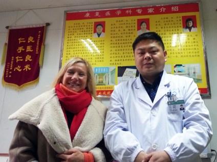 Catherine Bousquet en compagnie de Liu Yisheng, directeur du département de médecine chinoise de l'hôpital du Mont Wudang en Chine, décembre 2015