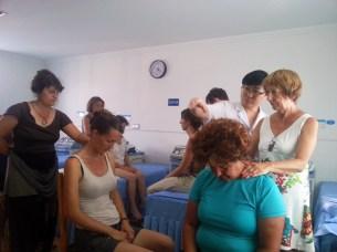 Élèves de Terre d'Asie en train de pratiquer le massage Tuina à l'hôpital du Mont Wudang en Chine, août 2016
