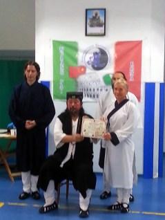 Grand Maître You Xuan De remet à Catherine Bousquet la certification de la dernière forme enseignée par DA SHIFU, à Rome en septembre 2016