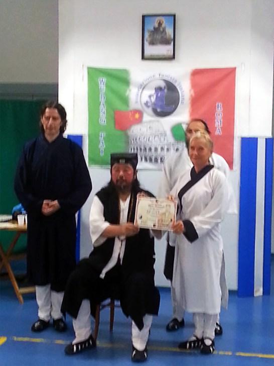 Grand Maître You Xuan De remet à Catherine-Isaure Bousquet la certification de la dernière forme enseignée par DA SHIFU, à Rome en septembre 2016