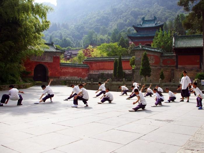 Jeunes pratiquants d'arts martiaux dans un temple taoïste au Mont Wudang, Chine