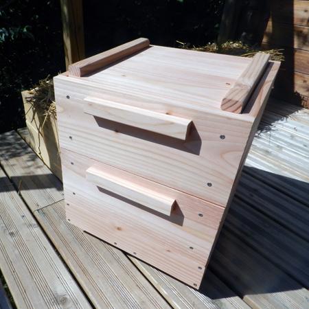 lombricomposteur de balcon ou lombricomposteur de terrasse: ce lombricomposteur à plateaux, fait en bois, vous permet de transformer vos biodéchets en lombricompost.