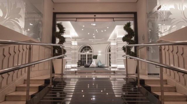 diseño de interiores hotel Monte Triana. escalera interior entrada
