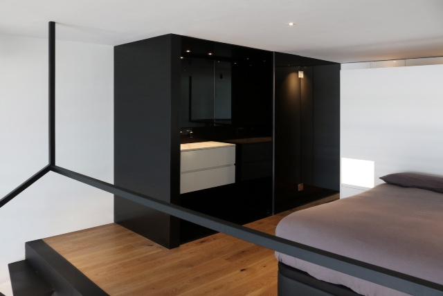 caja negra con baño en apartamento loft