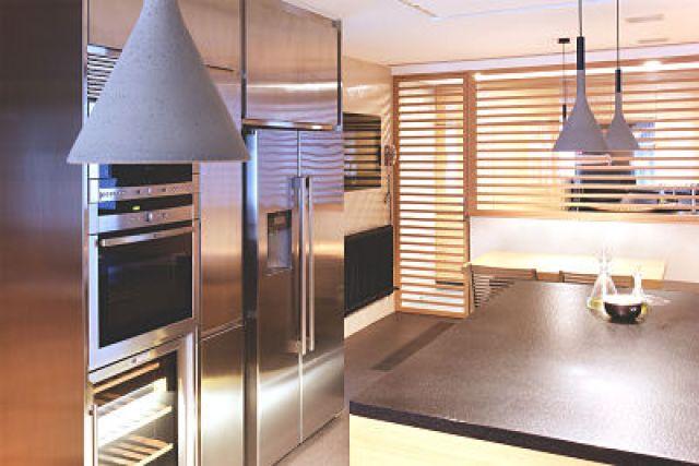 cocina de vivienda funcional y acogedora