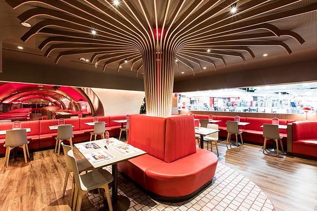sala del árbol en el diseño del restaurante Vips Beatriz