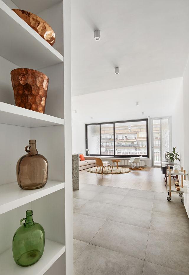 pasillo hacia salón en reforma de apartamento
