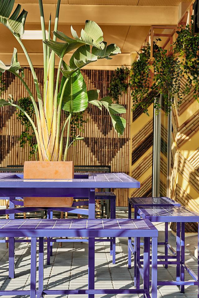 Bancadas azules en decoración de bar