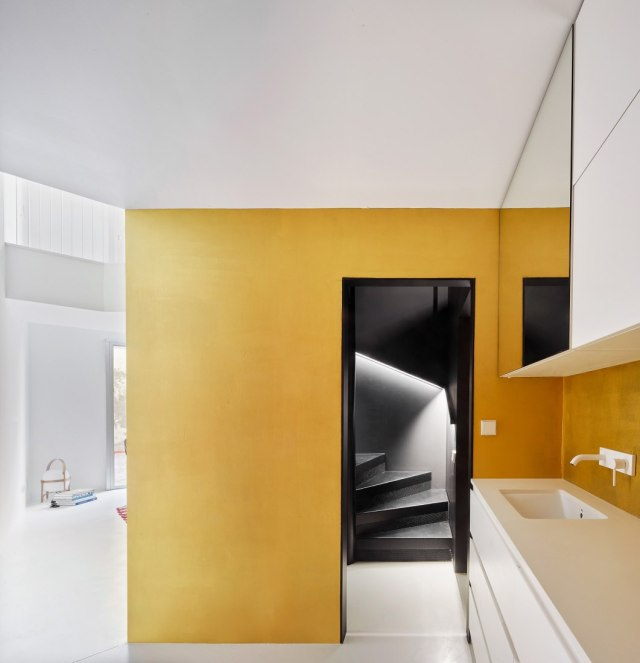 Escalera que desembarca en cocina en el dúplex Tibbaut