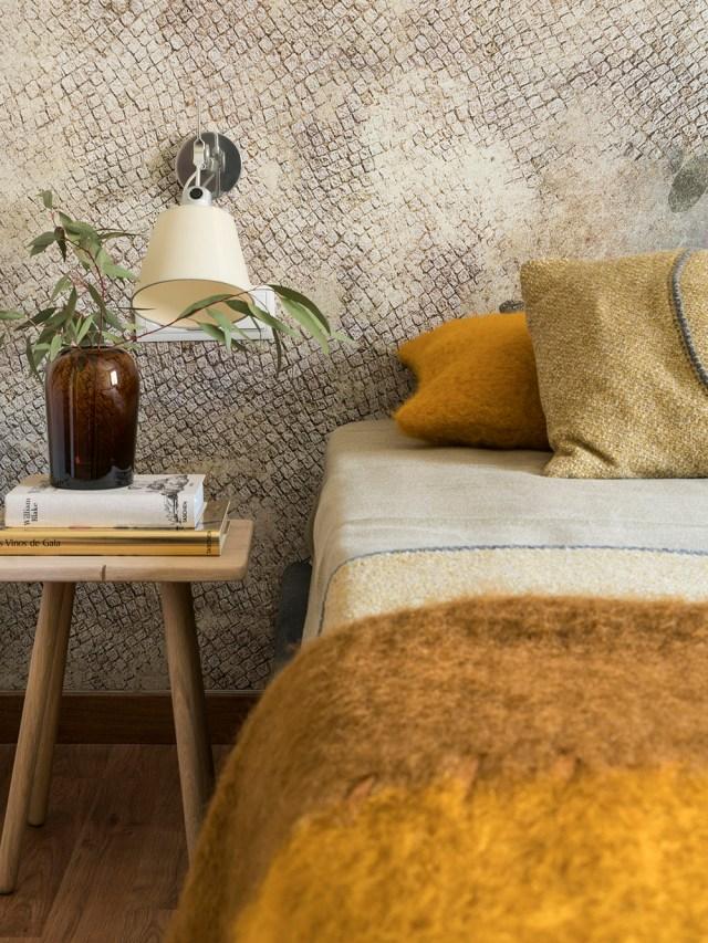 Detalle de cabecero empapelado en dormitorio