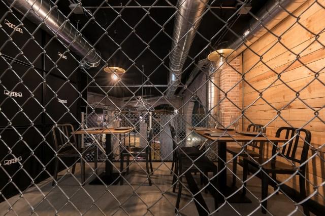 Malla simple torsión, hormigón y ladrillo en interiorismo para restaurante