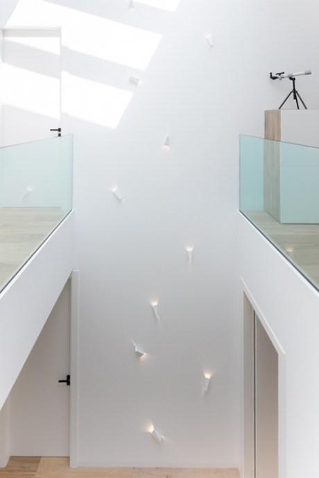 Iluminación de escalera al reformar una casa de pueblo