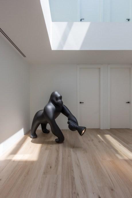 Escultura Kong de Queebo en reforma de una casa de pueblo