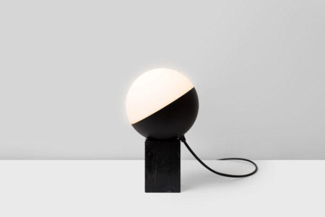 Lámpara de sobremesa Half sobre base de mármol