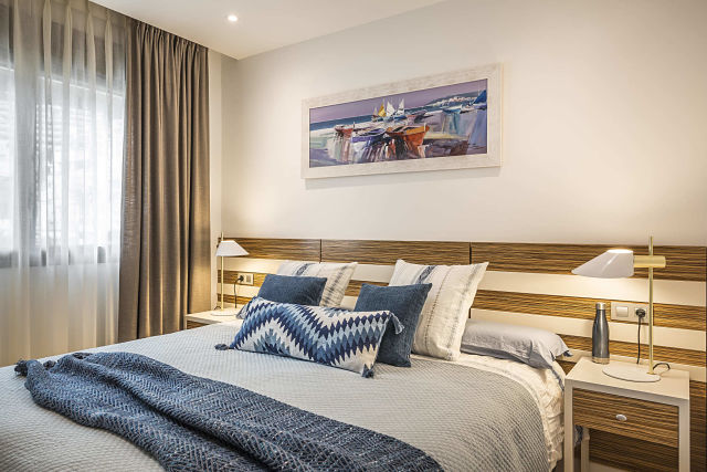 Dormitorio azul de diseño mediterráneo