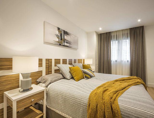 Dormitorio de diseño en tonos mostaza