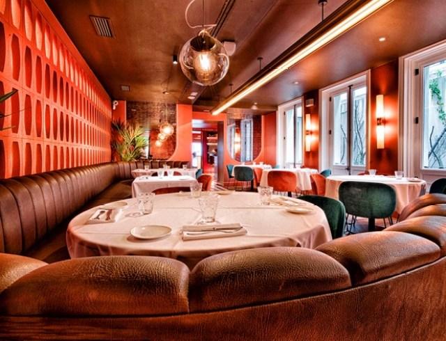 Comedor rojo en el restaurante Noi