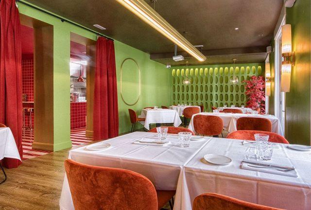 Comedor verde en el restaurante noi