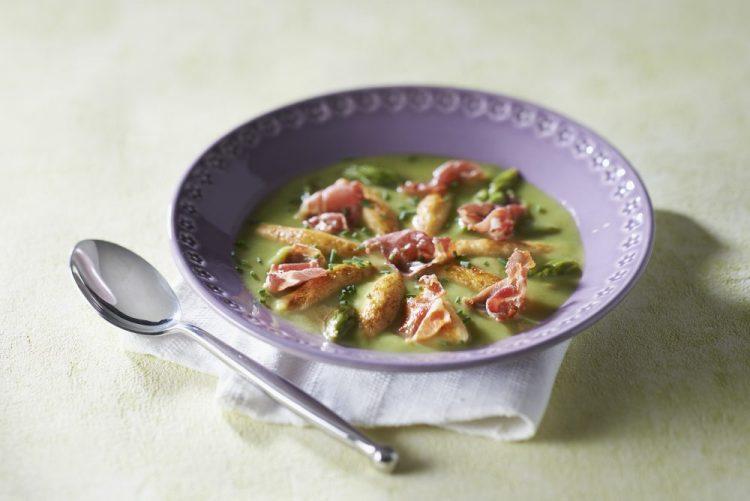 Veloute asperges vertes mini quenelles et chips jambon cru